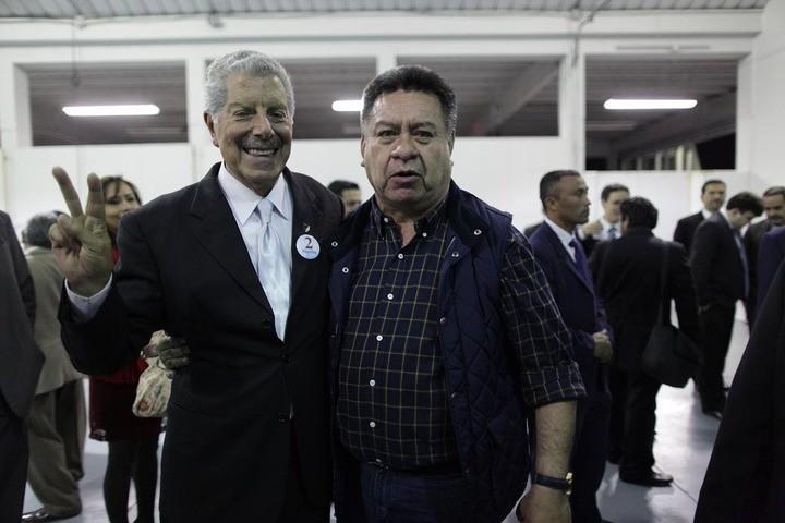 Sagastume, el nuevo presidente del Colegio de Abogados, de corbata, y Ortiz, de la USAC. Fotos: Carlos Sebastián