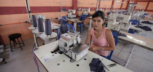 Una mujer recibe la capacitación para trabajar en una maquila en Estanzuela. Fotos: Carlos Sebastián