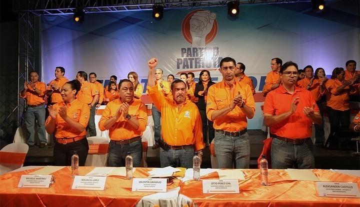 El nuevo Comité Ejecutivo del PP, que animó a los asistentes. Fotos: Carlos Sebastián