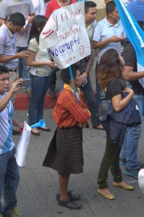 """""""Soy chapín y guatemalteco. No corrupto. Queremos justicia"""", se lee en el cartel. Foto: CMI-jmv"""