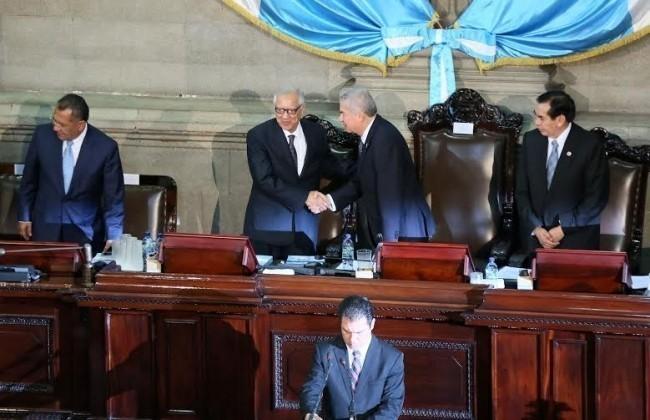 El Vicepresidente, Alejandro Maldonado, y el Presidente del Congreso, Luis Rabbé, se estrechan las manos luego de acto conmemorativo del 30 aniversario de la Constitución. Fuente: Presidencia de Guatemala