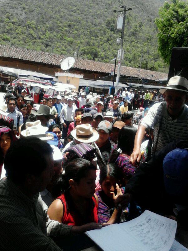 cientos se aprestan a firmar el acta con los acuerdos del Foro. Foto: Esta Tierra es Nuestra.