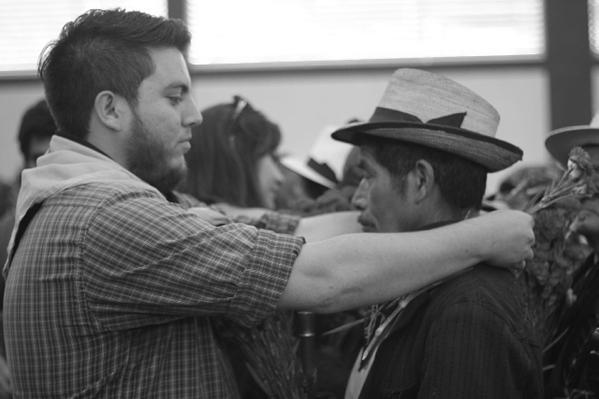 Acto simbólico en el que pueblos indígenas entregan claveles de esperanza y estudiantes colocan pañoleta de compromiso. Foto: Roderico Yool.