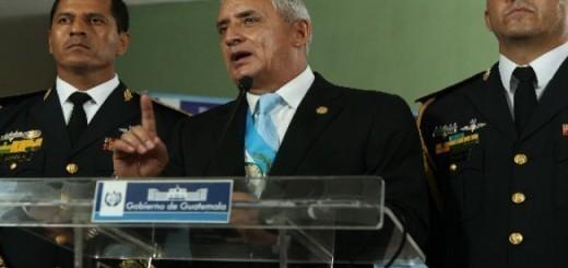 Otto Pérez Molina, flanqueado por su ex edecán y Ministro de la Defensa, López Ambrosio. Fuente: Presidencia