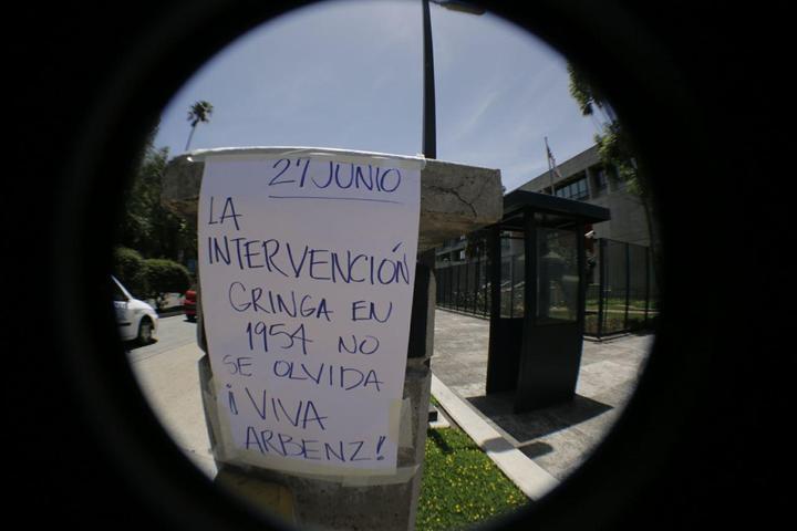 Embuscada.   En las afueras de la embajada de Estado Unidos se recordó la intervención de 1954, en el marco de la contrarrevolución. Foto: CPR Urbana