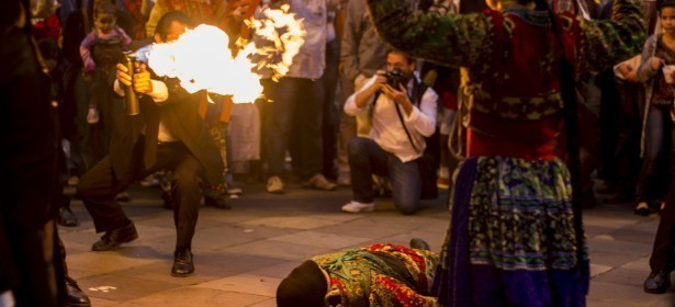8 junio 2015. Acto de cierre de la Caravana 43 Sudamérica en su paso por la ciudad de Porto Alegre, Brasil. El evento realizado en el centro de la urbe inició con una pieza teatral a cargo de Ói Nóis Aqui Traveiz. Al término de la presentación se realizó una marcha donde decenas de individuos y colectivos demandaron la presentación con vida de los estudiantes de la Escuela Normal Rural de Ayotzinapa.