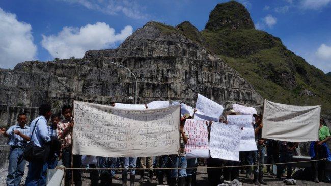 Manifestación pacífica frente a la represa Chixoy del Inde.
