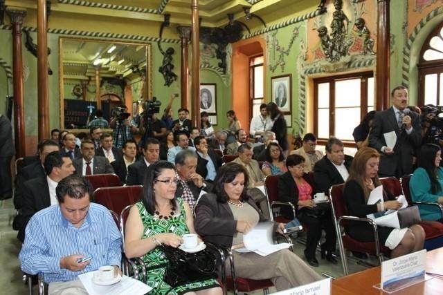 Sesión de fiscales de partidos políticos ante TSE. Se ve en el uso de la palabra al abogado defensor de miltiares y narcotraficantes, Linares Beltranena, del PAN; a la candidata a alcaldesa por el PP, Anabella de León; y en medio del público a Manuel Barquín, de Lider.