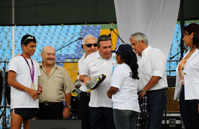 En esta foto a aparecen Juan Luis Bosch Gutiérrez (Telefónica), Mario López Estrada (TIGO), Pérez Molina y Roxana Baldetti en un acto público por la Paz, el 23 de septiembre de 2012. Era el primer año de gobierno, y dos de los supuestos financistas más importantes del PP, aparecían juntos. Foto: PL