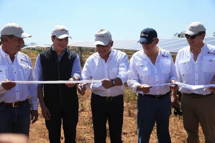 Pérez Molina al centro, inaugurando planta de energía eólica de empresa de Mario López, dueño de Tigo, a su izquierda. Foto: Presidencia de Guatemala