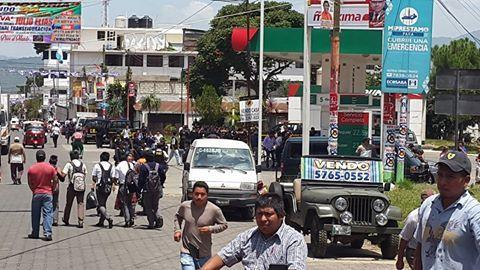 La policía se hizo presente a la mayoría de puntos. Algunos fueron desalojados sin fuerza como en Chimaltenango (foto), mientras otros como en Cuyotenango y cruce La Virgen en San Marcos, reportaron desalojos violentos. Foto: Leonel Castro