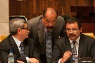 A la derecha César Calderón, abogado de Pérez Molina, recibiendo instrucciones de su maestro, el finado Francisco Palomo. A la izquierda, el general Rodríguez Sánchez, cliente de ambos.