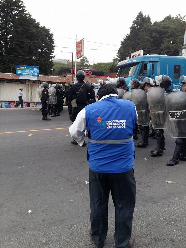 PDH frente a la policía nacional civil. Foto: Salvador Loarca