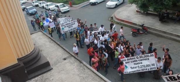 movilización normalista frente a la gobernación de Cobán