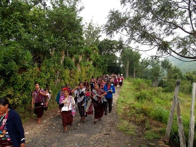 Caminata de comunidades hacia el parque central.