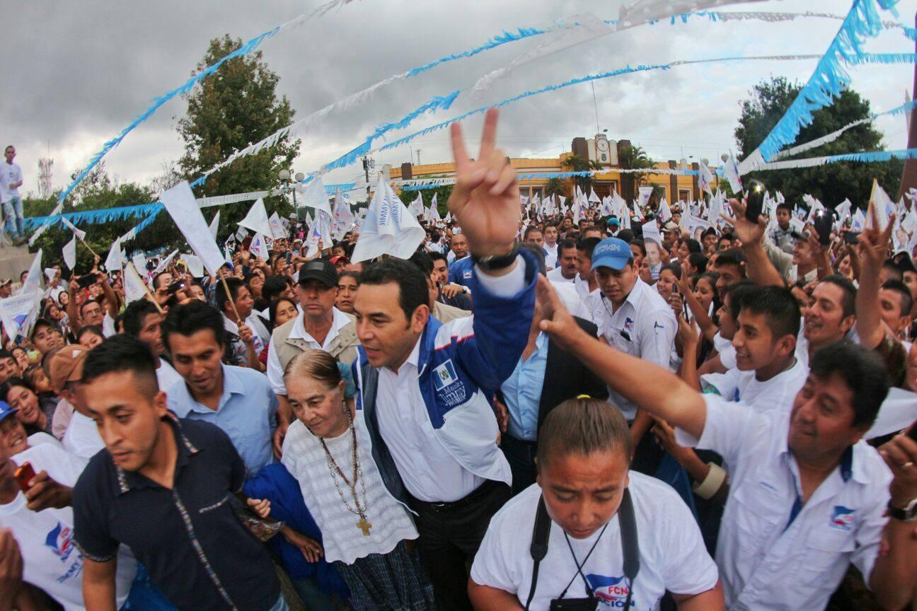 Morales en campaña, atrás el jefe de su equipo de seguridad. Fuente: Sitio oficial FCN.