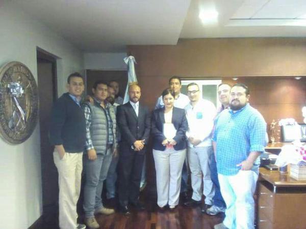 A la derecha de la Fiscal General Thelma Aldana, el Pirujo (de traje) y a su izquierda el Sueños (con anteojos). Fuente: FB de la AEU.