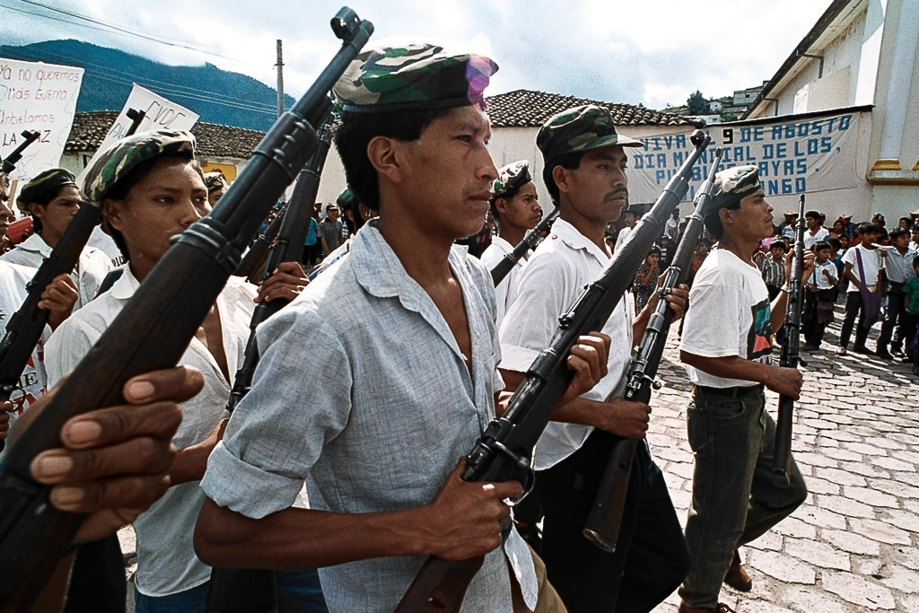 Entrega de armas utilizadas por las Patrullas de Autodefensa Civil PAC Colotenango Huehuetenango agosto 1996. Foto: Carlos Sebastián (nómada)