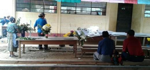 Familiares esperando los cuerpos de las osamentas.
