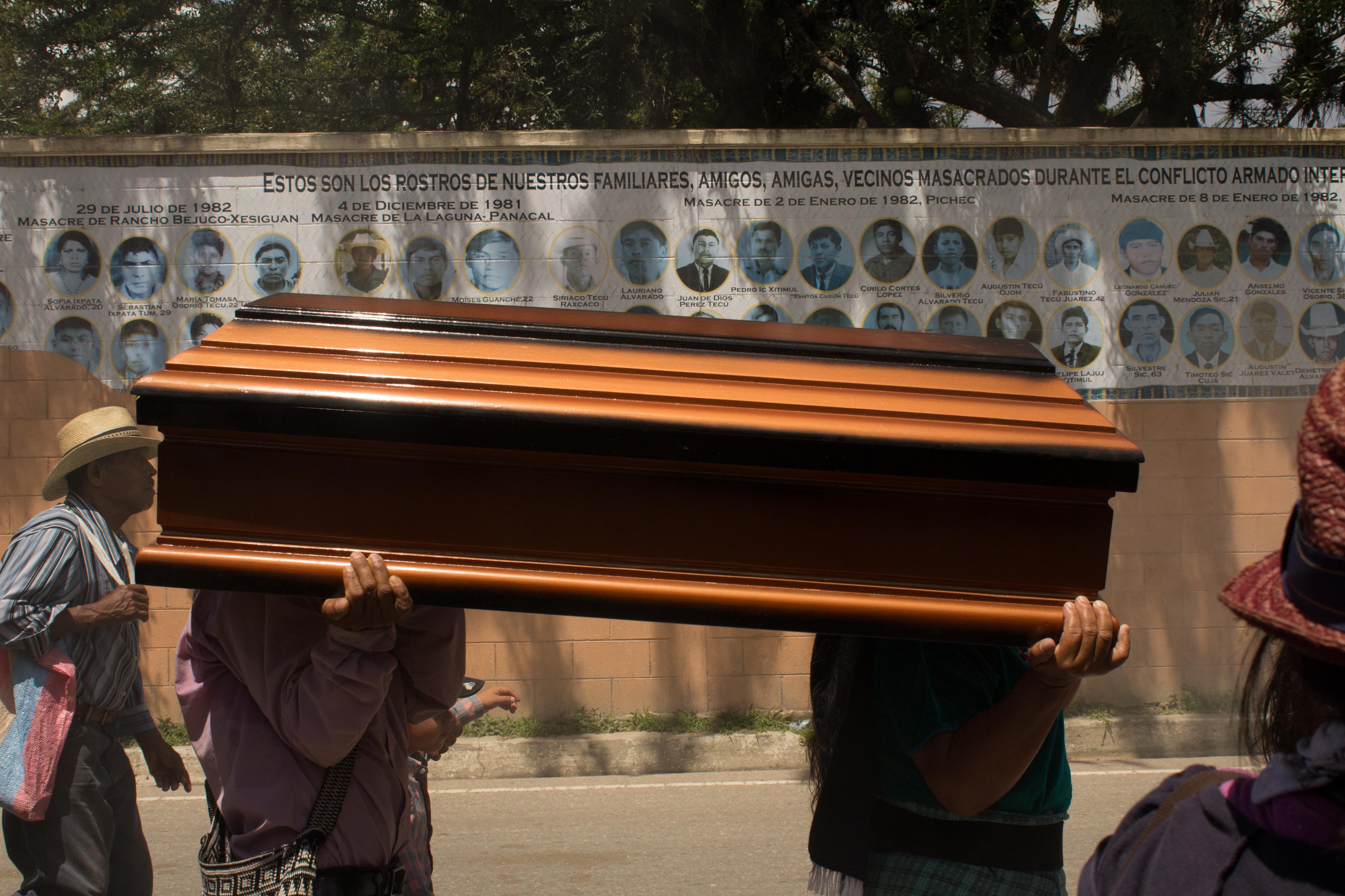 Entierro de Martina Rojas, desaparecida por el ejército en la masacre de Río Negro. Foto: Roderico Y. Díaz