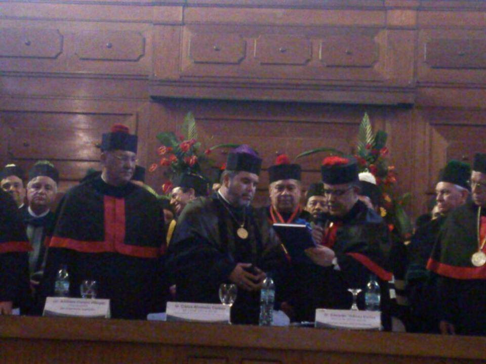 El Odontólgo Carlos Alvarado Cerezo recibiendo la Rectoría del abogado Estuardo Gálvez. Foto: USAC.