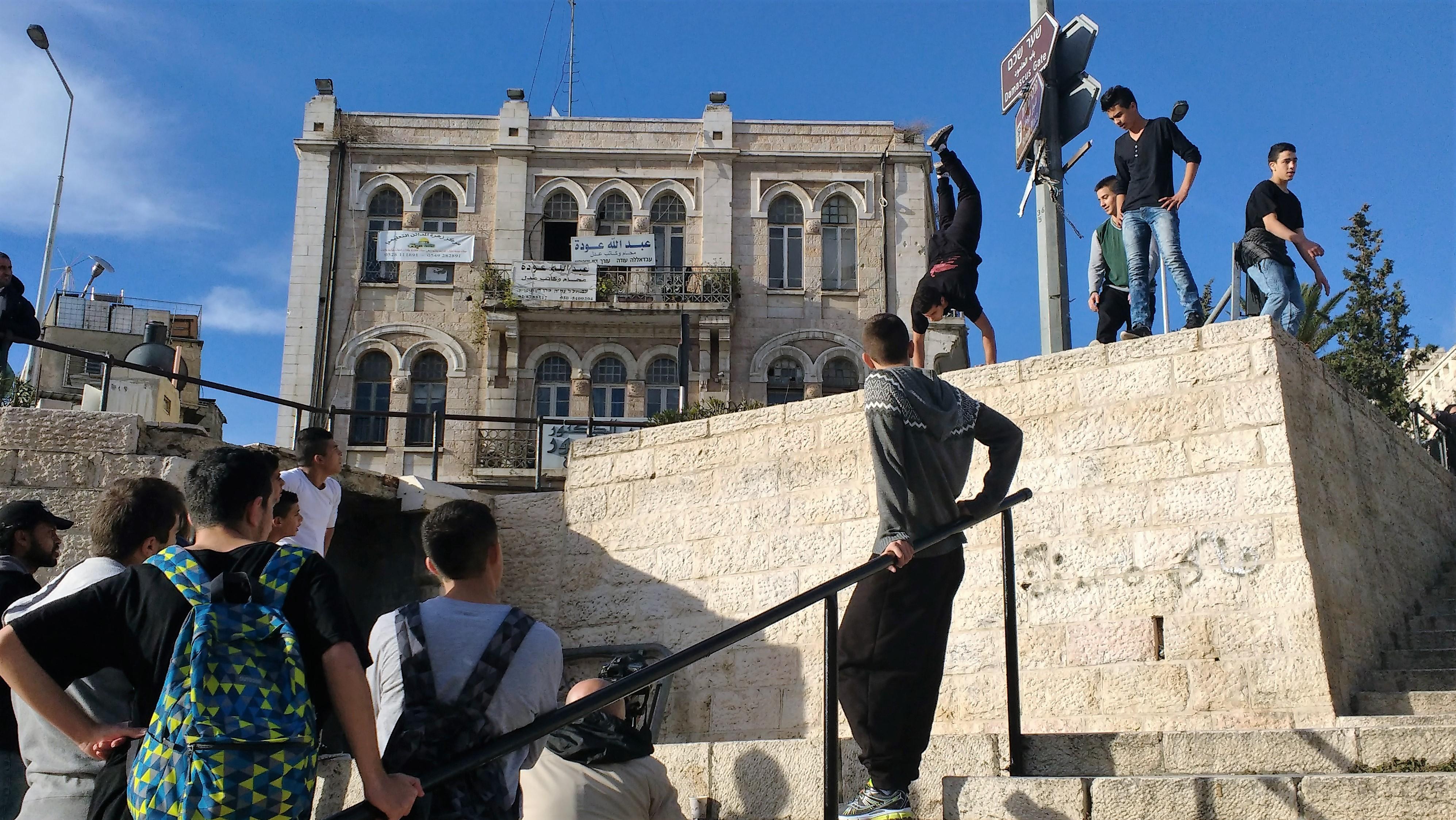 Niños palestinos, resistiendo la ocupación a través de Parkour fuera de la puerta de Damasco en Jerusalén, lugar fuertemente vigilado por ejército israelí, y en donde muchos palestinos han perdido la vida en confrontaciones