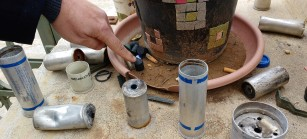 Cartuchos encontrados en el área de juegos para niños, cerca del campamento de refugiados Aida.