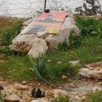 La piedra memorial de Bassem, que murió del impacto de una granada de gas lacrimógeno en su pecho en el 2009. Las granadas en el suelo son evidencias de la barbarie que cae sobre Bil'in cada viernes.