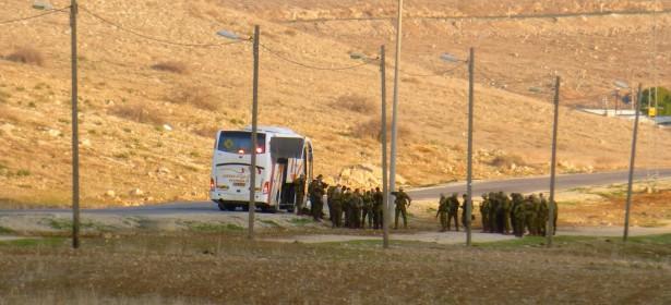 Un autobús con soldados israelís penetra el territorio de al-Hadidiya, y comienza el adiestramiento del día.