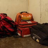 Con este sencillo equipamiento los paramédicos voluntarios ejercen primeros auxilios en personas dañadas or el gás lacrimógeno y las balas de goma del ejército israelí.