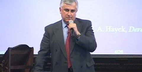 González Dubón durante una conferencia de Pro-Reforma