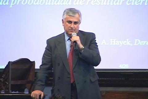 González Dubón durante una conferencia de Pro-Reforma.