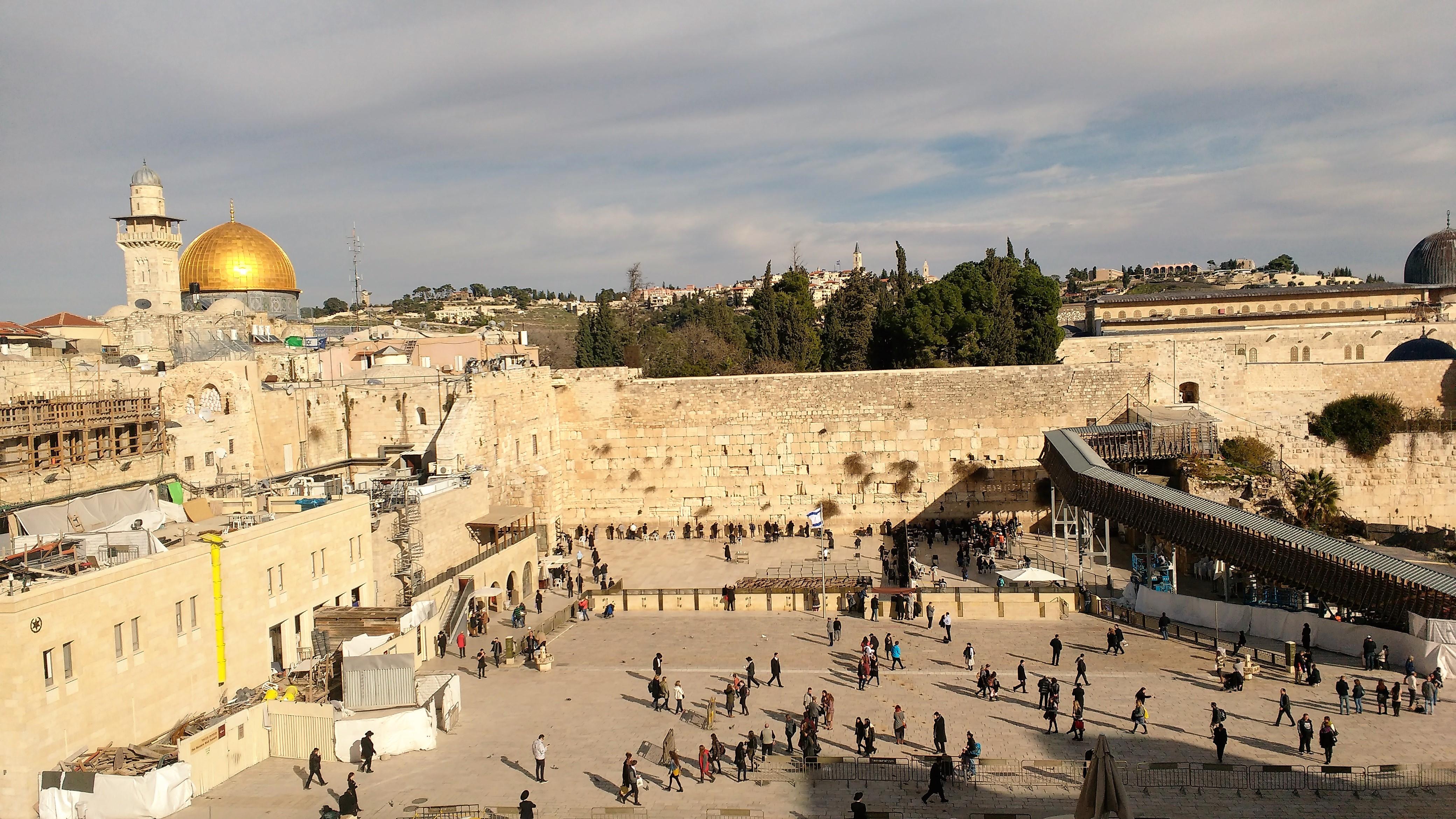 El muro de las lamentaciones en Jerusalén. Atrás se mira la mesquita al-Aqsa.