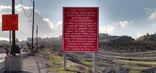 """Letreros por las autopistas en donde se sale de zona C, bajo dominio civil y militar de Israel para entrar en zona A, que teoricamente es controlado por las autoridades palestinas. """"Prohibida la entrada- peligro para sus vidas"""" se lee. Hace parte de la enorme cárcel sin paredes que Israel está construyendo."""