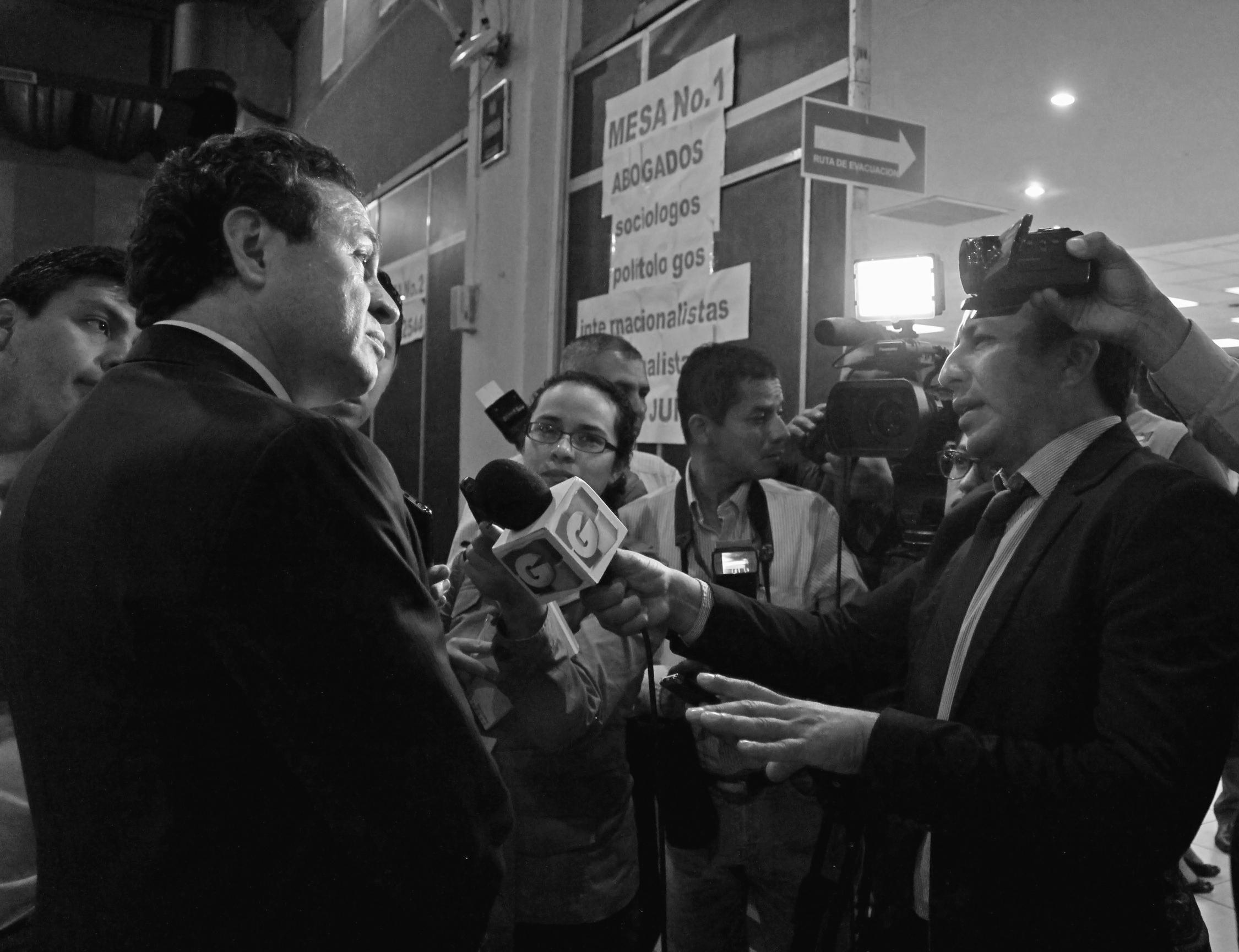 Medios entrevistando a Roberto López Villatoro, conocido como el Rey del Tenis. Foto: Lucía Rivera