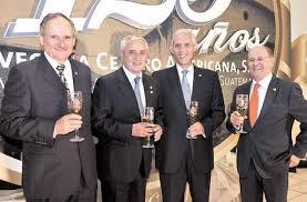Raúl Castillo, Guillermo Castillo y Juan Monge en un evento de la Cervecería jutno con el ex Presidente Otto Pérez Molina. Foto: André Bourda