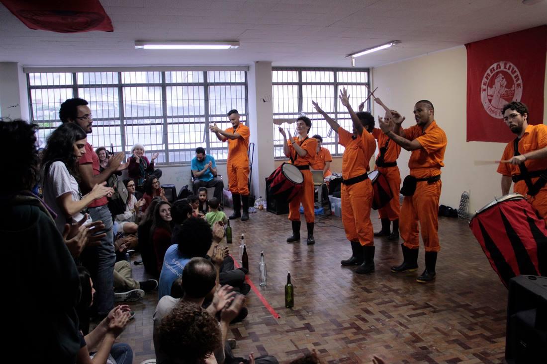El grupo de teatro Galochas de Sao Paulo realiza teatro sobre la represión que viven las familias sin techo en Brasil, en la ocupación Leila Khaled. Foto: Alexandre Macial