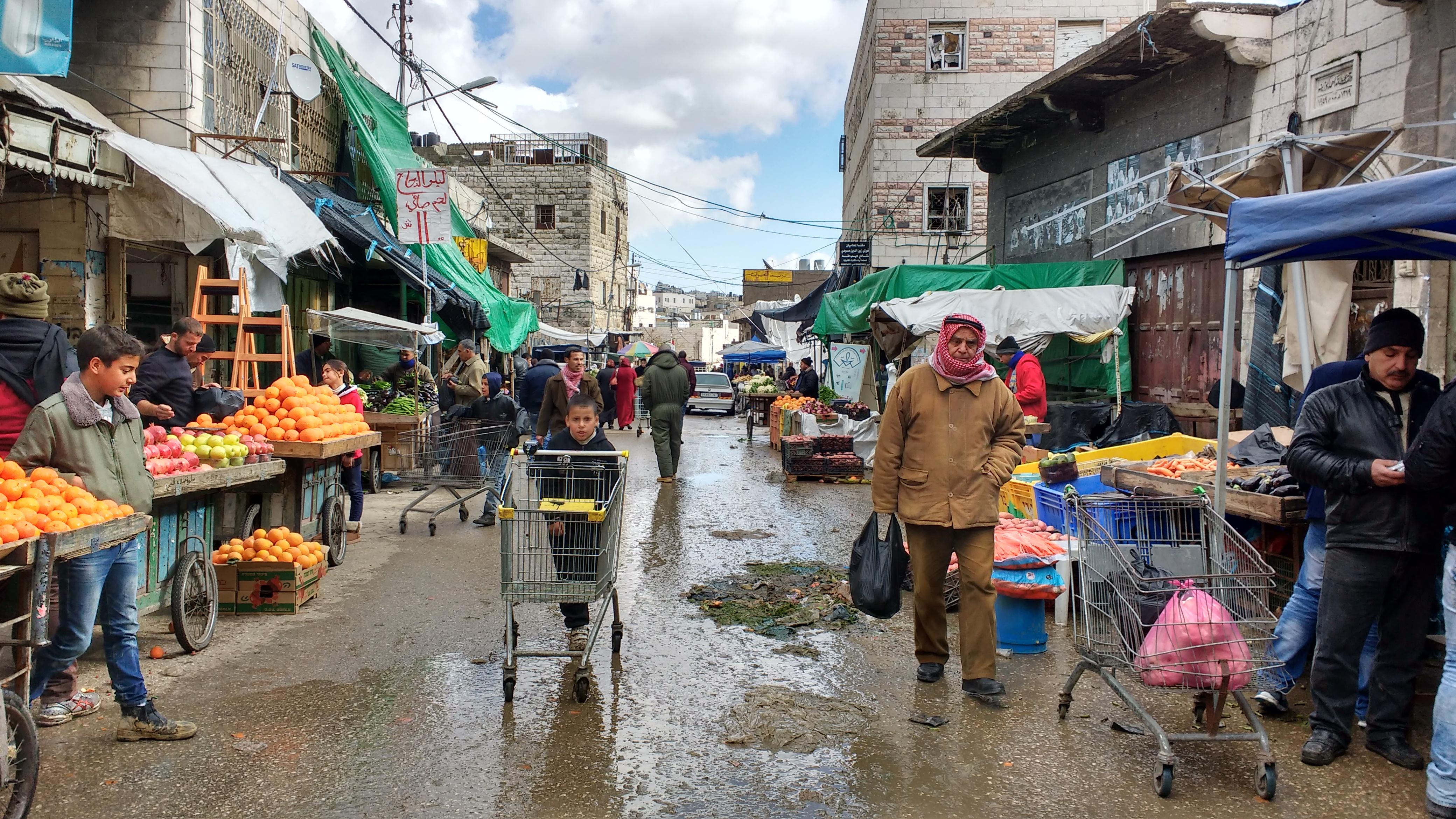"""Vida en la calle del centro de Hebrón, a un lado de la """"Ciudad vieja""""Foto: Susana Norman"""