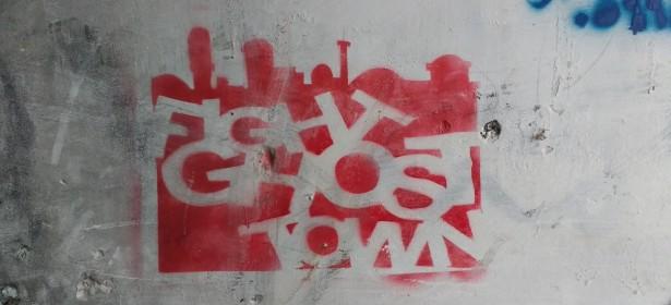 """""""Lucha contra la ciudad fantasma"""", narra este grafiti, en una pared de Hebrón. Foto: Susana Norman"""