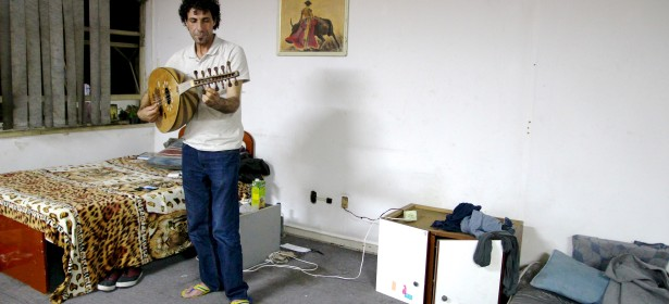 Salam Alsayyed es músico, palestino, refugiado de segunda generación. Creció en el campamento Yarmouk en Siria. Ahora es refugiado por la segunda vez, y ha sido acogido por las familias sin techo en Brasil. Foto: Maria Birkeland Olerud.