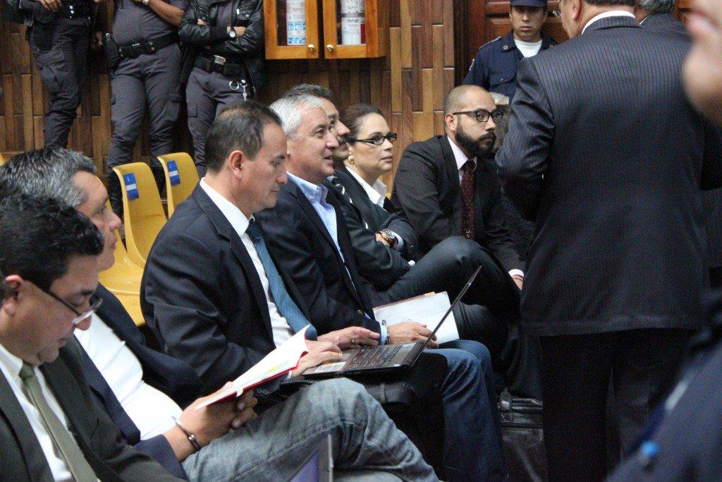 Las cabezas del Partido Patriota, Otto Pérez Molina y Roxana Baldetti. A su izquierda, su abogado, el hijo del finado Francisco Palomo. Foto: MP.
