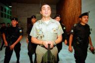Byron Lima entrando a tribunales en el caso Gerardi, en 2001.