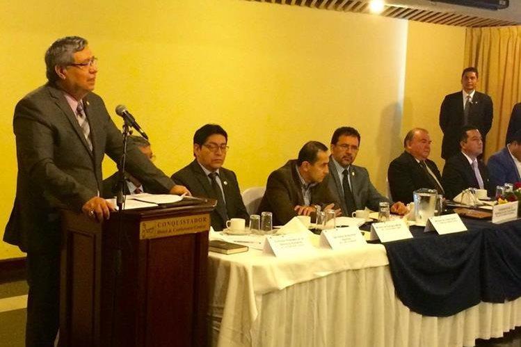 Jafeth Cabrera presentando a la Comisión. Foto: Prensa Libre