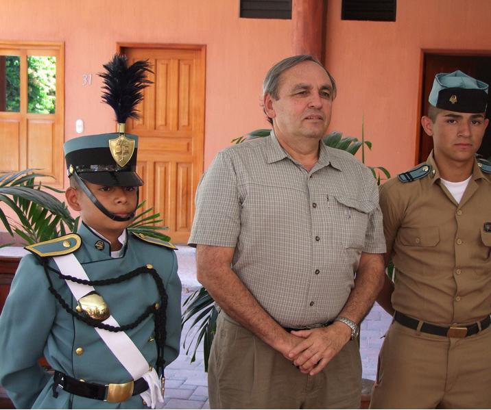 Toribio Acevedo Ramírez, jefe de seguridad de Cementos Progreso, apadrinando estudiantes del Adolfo V. Hall de Zacapa.